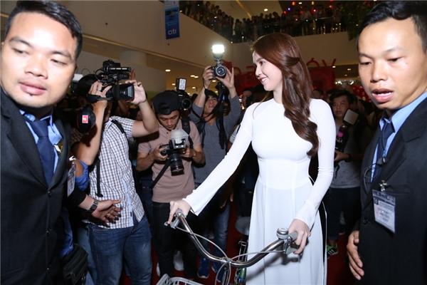 """Sự xuất hiện của Ngọc Trinh đã làm """"náo loạn"""" buổi ra mắt phim."""