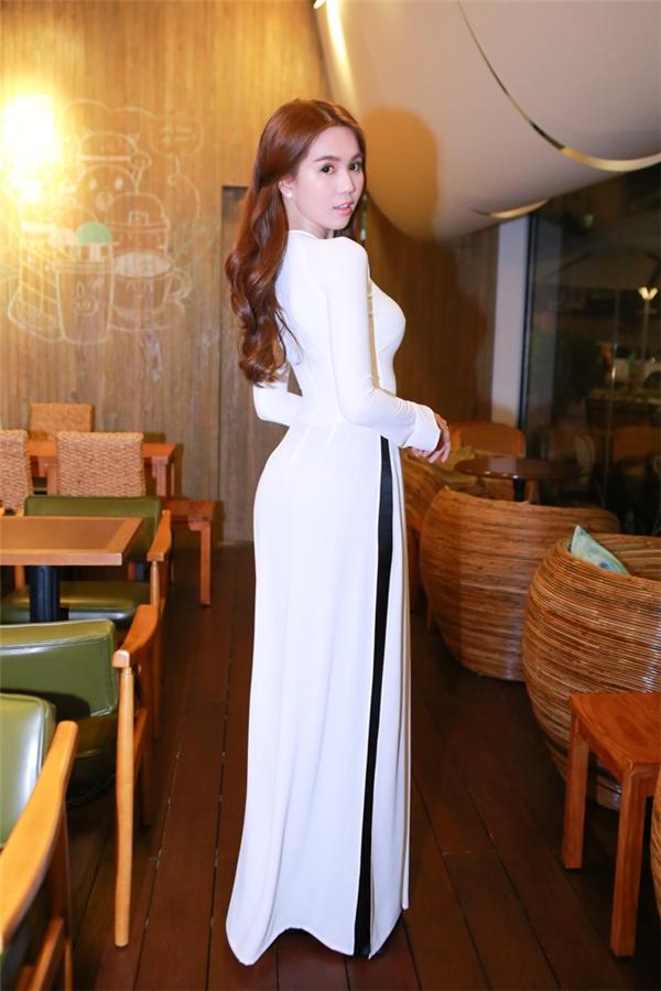 Diện tà áo dài trắng thướt tha, Ngọc Trinh khéo léo khoe những đường cong gợi cảm.