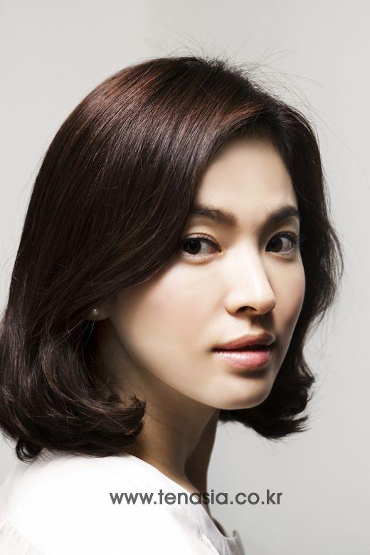 Song Hye Kyo cũng là một người đẹp rất hợp với mái tóc ngắn. Mái tóc ngắn cắt cao uốn cụp giúp gương mặt bầu tròn, nhẹ nhàng của nữ diễn viên thêm phần tươi trẻ rạng rỡ hơn.