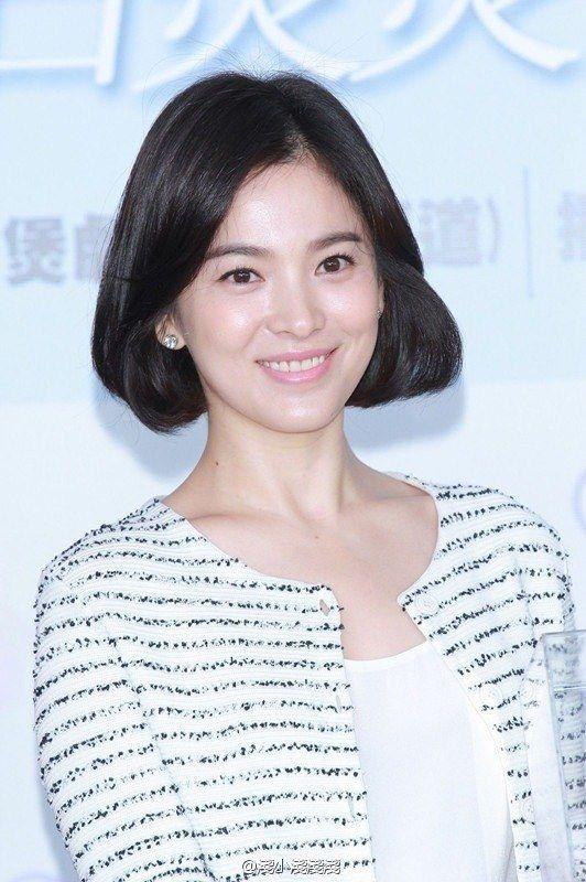 Với tóc ngắn, gương mặt với các đường nét thanh tú nhẹ nhàng của Song Hye Kyo càng như được tôn lên trọn vẹn hơn cả.