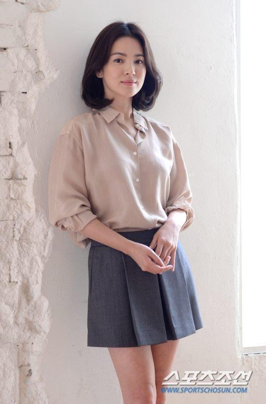 Song Hye Kyo cũng là một mỹ nhân sở hữu chiều cao khá khiêm tốn, kiểu tóc bob ngắn này còn giúp vóc dáng của người đẹp cao ráo và thanh thoát hơn hẳn.