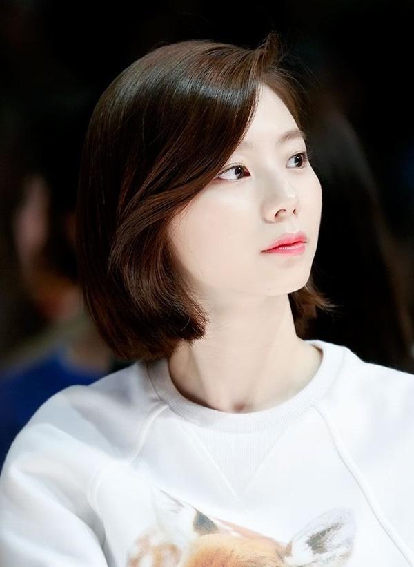 Khi mới chỉ là tân binh của ngành giải trí xứ Hàn, hình ảnh Park Soo Jin với mái tóc dài duyên dáng và nữ tính thật đấy nhưng lại khá mờ nhạt và thiếu điểm nhấn khác biệt. Một thời gian sau, người đẹp chọn cách thay đổi diện mạo của mình với mái tóc cắt ngắn chạm vai uốn xoăn nhẹ, từ đó phong cách cũng như vẻ ngoài của Park Soo Jin được nâng tầm hơn hẳn.