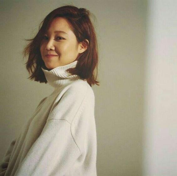 Mặc dù đã vào độ tuổi U40, nhưng Gong Hyo Jin lại trẻ trung, tươi tắn vô cùng. Ngắm nhìn nhan sắc của người đẹp không ai có thể đoán được tuổi thật của cô nhất là khi Gong Hyo Jin lựa chọn kiểu tóc cắt ngắn chạm vai.