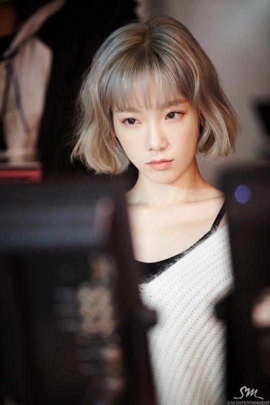 Kiểu tóc giúp gương mặt xinh xắn trẻ trung của Taeyeon thêm phần cá tính và có điểm nhấn hơn hẳn so với kiểu tóc dài quên thuộc trước kia.