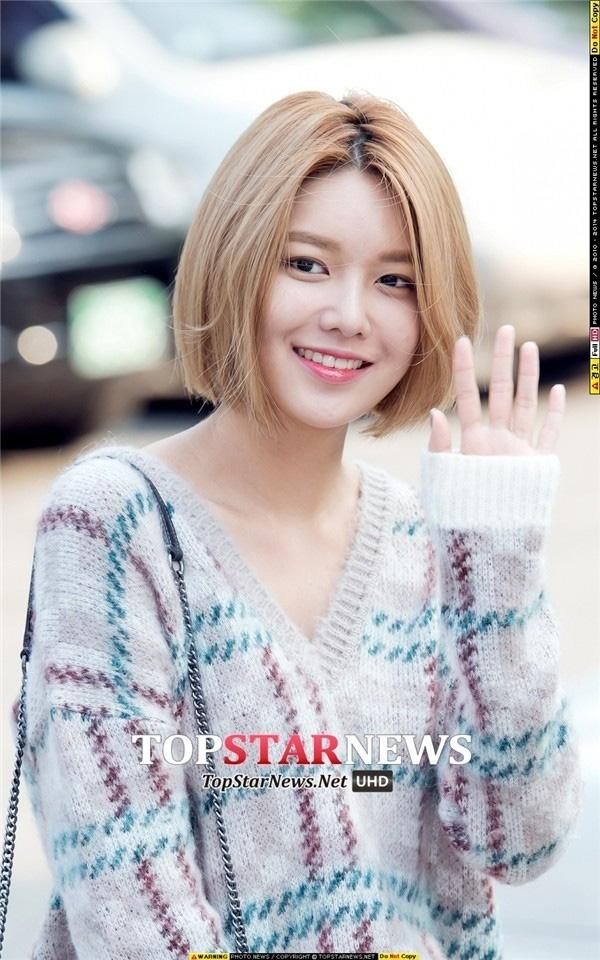 Tóc ngắn cực kỳ phù hợp với khuôn mặt của Sooyoung, không chỉ tôn lên những nét thanh tú trên khuôn mặt tròn trĩnh của cô nàng mà còn khiến Sooyoung trở nên nổi bật giữa dàn 8 cô nàng xinh đẹp của SNSD.