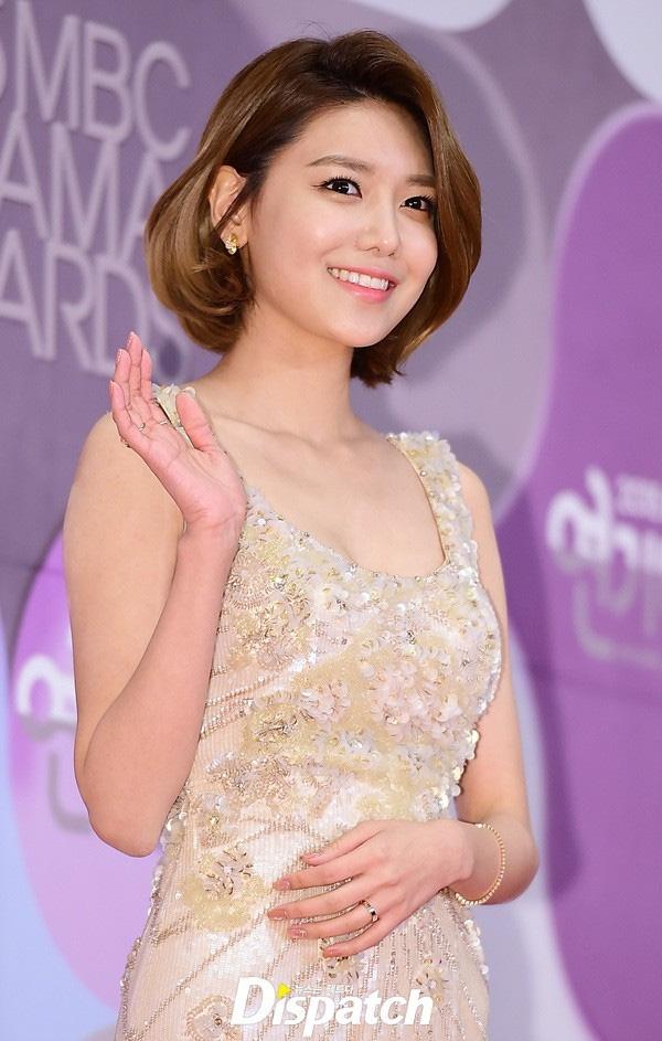 Trong khi uốn cụp nhẹ tạo nét thanh thoát, sang trọng hơn cho gương mặt của Sooyoung.