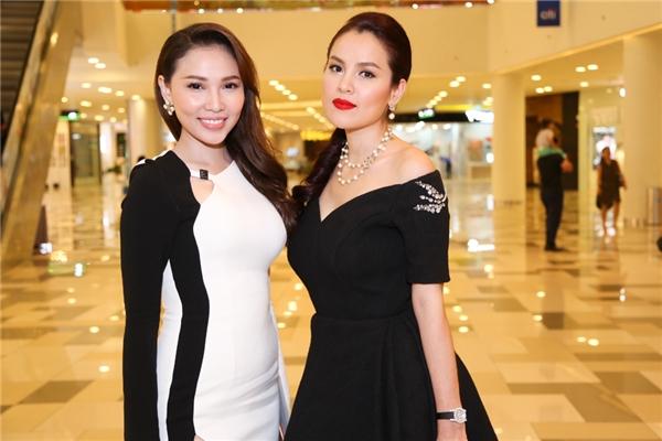 Người mẫu Quỳnh Thư (bên trái)