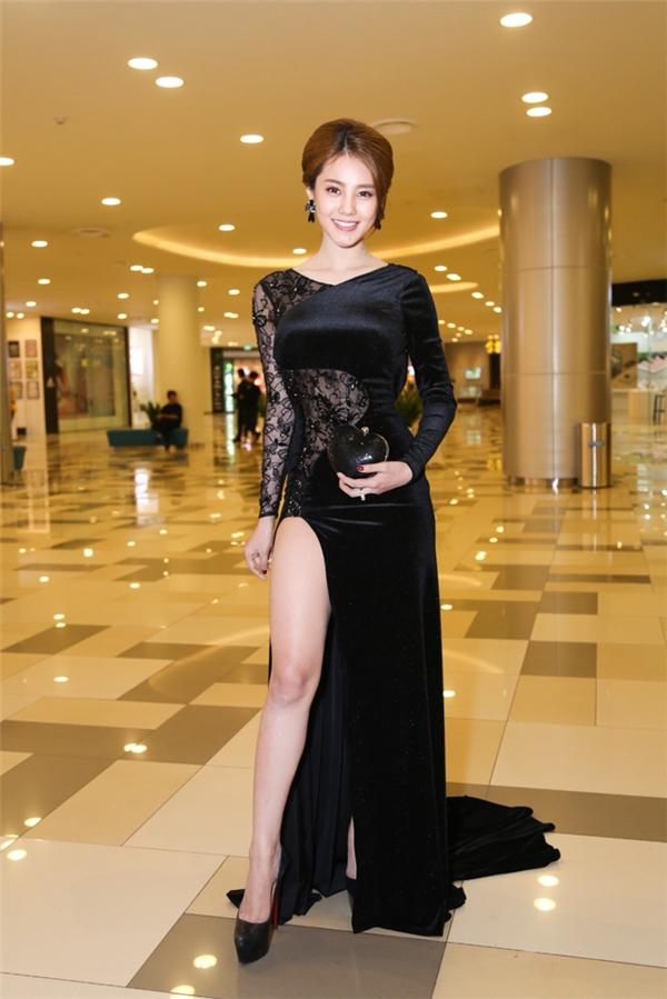 Người đẹp Linh Chi diện chiếc đầm đen xẻ cao khoe khéo đôi chân dài miên man.