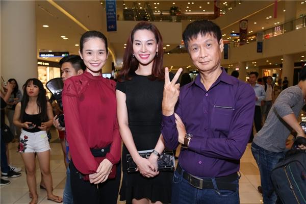 Nam đạo diễn Lê Hoàng (áo tím ngoài cùng bên phải)