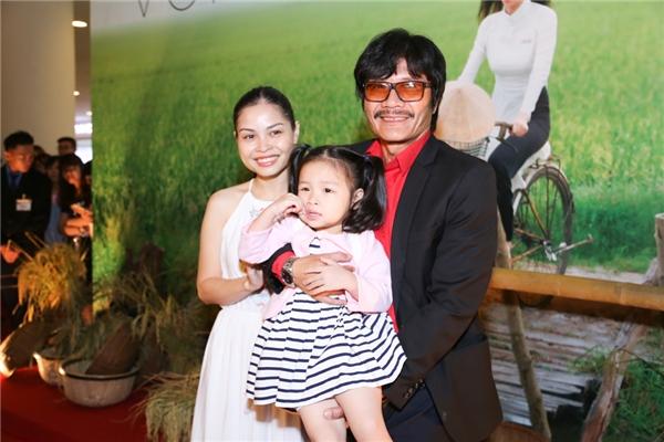 Bà xã và con gái của nam diễn viên Công Ninh cũng có mặt để chúc mừng thành công của bộ phim Vòng eo 56.