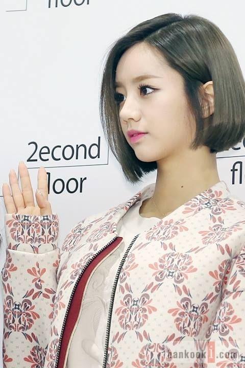 Cắt cao hơn chút và để thẳng mềm mại, nhuộm sáng màu giúp gương mặt của Hyeri tươi sáng và hiện đại hơn.