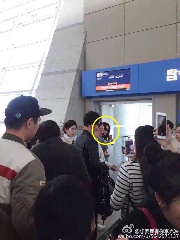 """""""Đại úy Yoo"""" Song Joong Ki gây """"náo loạn"""" tại sân bay"""