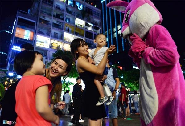 Thời gian gần đây, phố đi bộ Nguyễn Huệ xuất hiện nhiều người mặc những bộ trang phục thú bông nhằm thu hút sự chú ý của du khách, đặc biệt là trẻ em.