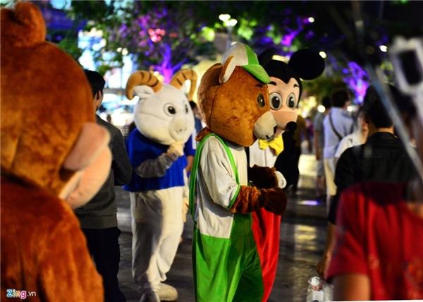 Nhiều loại hình, kiểu dáng, màu sắc thú bông tại nơi vui chơi đông người nhất Sài Gòn.