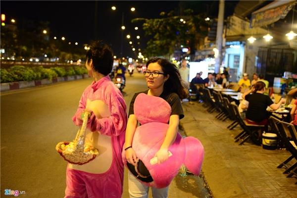 Đường Phạm Văn Đồng, quận Gò Vấp cũng xuất hiện nhiều bạn trẻ làm thú bông đi bán kẹo kiếm tiền.