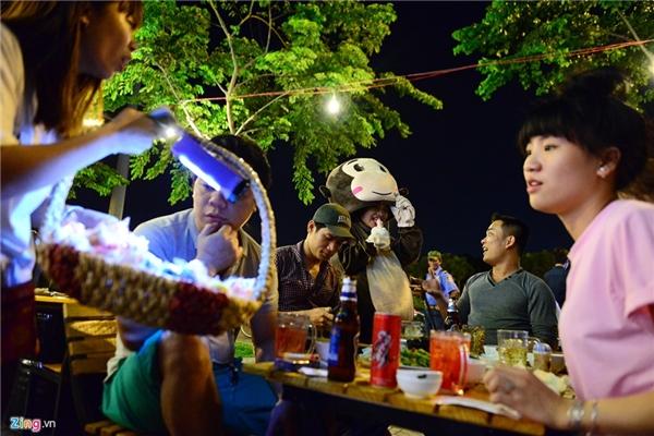 Huyền Trang cùng người bạn là Trần Thị Thuý Kiều, sinh viên ĐH Công nghiệp TP HCM, bán kẹo thuê cho một công ty. Mỗi ngày cả hai làm từ 18h đến 22h30. Mỗi bạn kiếm được khoảng 1,5 triệu đồng/tháng.