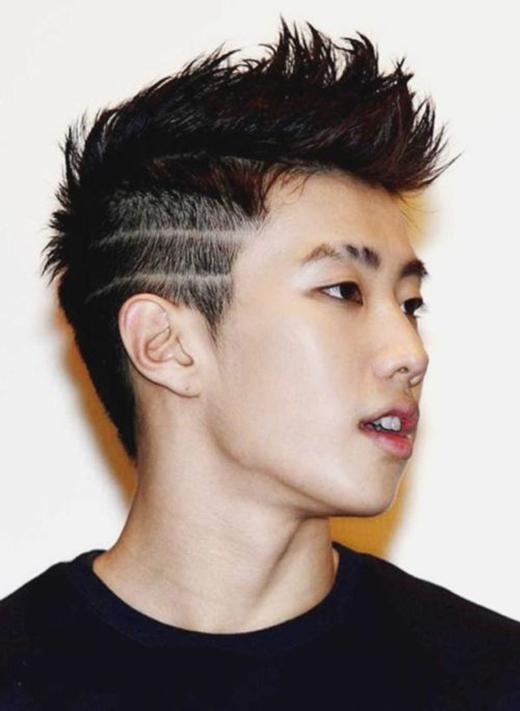 Kiểu tóc angular fringe sẽ là kiểu tóc được phổ biến rộng rãi vào năm 2016. Với phần tóchai bên được cắt gọnvà tỉa nhọndần về phía gáy, cùng với phần đỉnh đầuvẫn giữ nguyên độ dày, kiểu tóc này cực kì phù hợp với những bạn nam có khuôn mặt tròn trịa. (Ảnh: Internet)