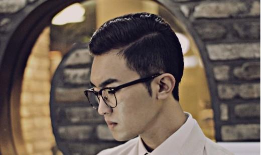 Simple casual là kiểu tóc cổ điển khiếnbất kì người đàn ông nào cũng trở nên lịch lãm hơn. Kiểu tóc này hơi giống kiểu tóc chuốt nhưngsử dụng nhiềugel hơnđể tóc luôn nằm cố định. Đây là kiểu tóc đơn giản rất được ưa chuộng ở các nước phương Tây. (Ảnh: Internet)
