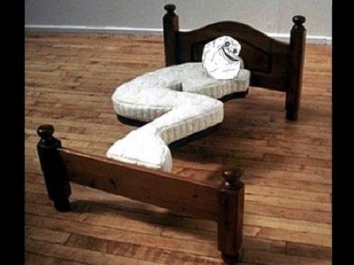 Dù tiết kiệm không gian nhưng ngủ như thế này cũng sớm mắc bệnh xương khớp. (Ảnh: Internet)