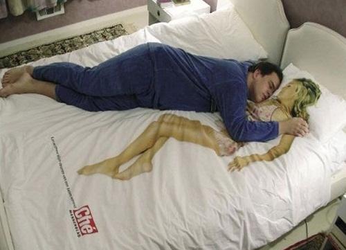 Ra trải giường 3D hình chân dài. (Ảnh: Internet)