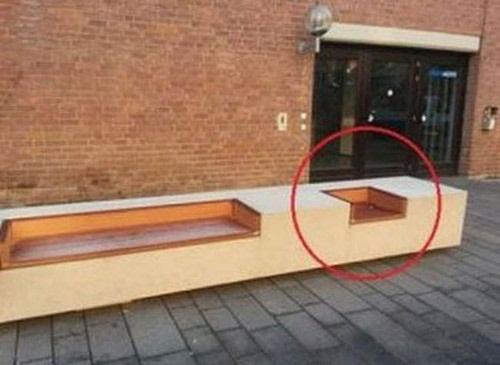 Hàng ghế công cộng có sẵn một chỗ cho dân FA. (Ảnh: Internet)