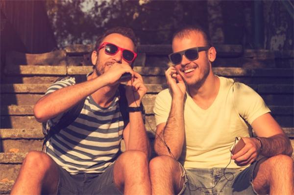 Hành động dùng chung tai nghe rất thường thấy giữa bạn bè với nhau... (Ảnh: KristinaJovanovic)