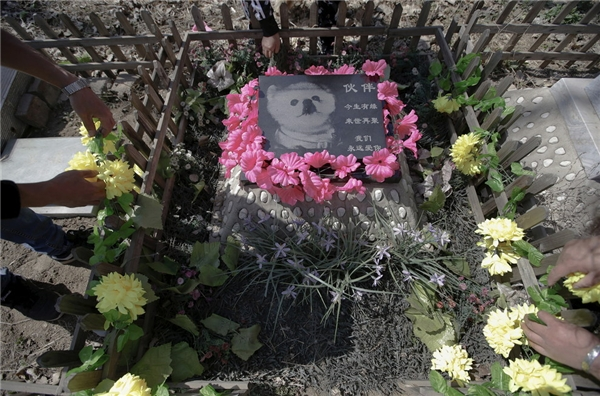 """Huoban mất khi được 15 tuổi. Trên mộ ghi dòng chữ: """"Huoban, chúng ta đã có duyên gặp ở kiếp này, xin hẹn kiếp sau gặp lại. Mãi yêu con."""""""