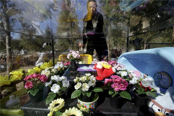 Chú chó Liu Dazhuang có vẻ như được cưng chiều ngay cả khi đã mất với vô số hoa, một con Angry Bird nhồi bông, và cả một chiếc bồn tắm.