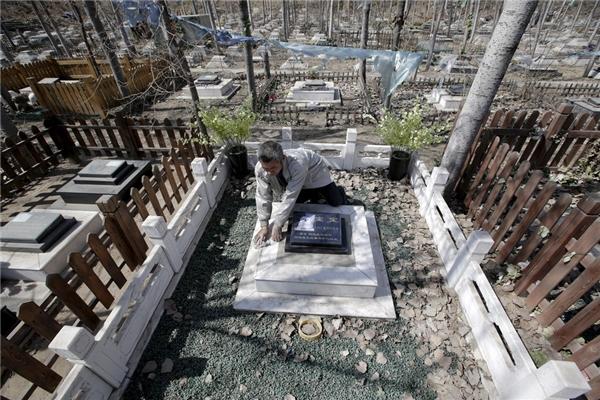 Những nấm mộ dành cho vật nuôi ở đây không khác nào mộ của con người với đầy đủ họ tên, ngày sinh, ngày mất, ảnh thờ và văn bia. Những người chủ phải trả ít nhất 300 đô (gần 6,7 triệu đồng) hàng năm cộng với một khoản phí bảo trì cho nhân viên chăm sóc mộ.