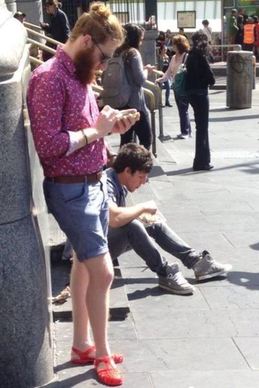 Anh chàng trông rất lịch lãm và sành điệu với tóc búi, sơ mi và quần đùi, nhưng đôi giày có gì đó sai sai. (Ảnh: Internet)