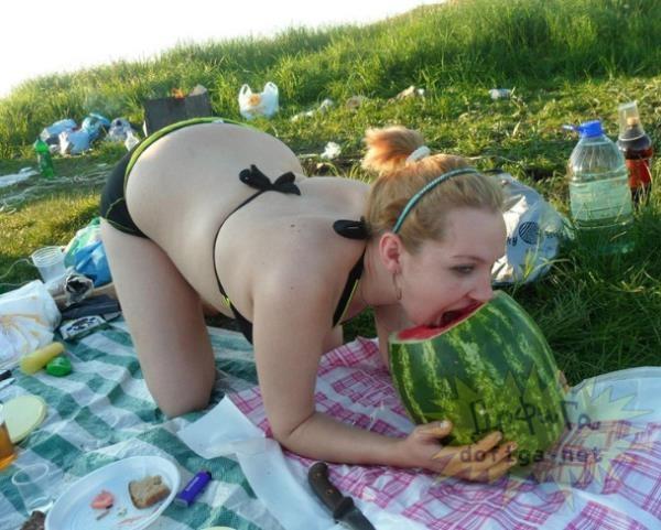 Phong cách ăn dưa hấu đặc biệt không lẫn vào đâu được. (Ảnh: Internet)