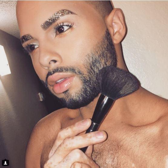 Chris Taylor đến từ Las Vegas, Mỹ thì thu hút người xem với bộ lông mày óng ánh nhũ vàng rất hài hòa với làn da và khuôn mặt.