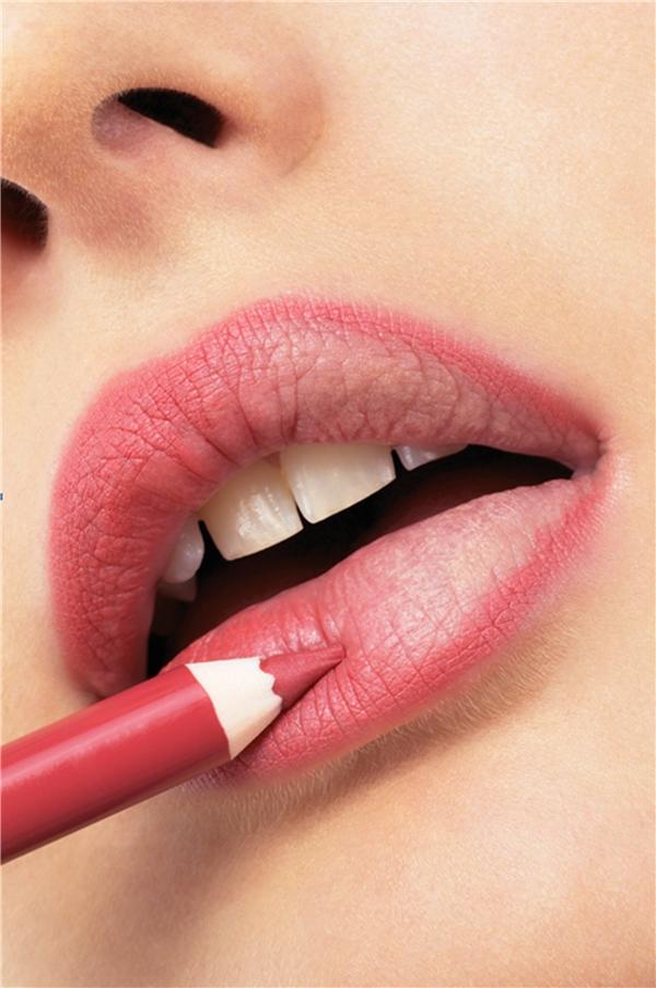 Đường viền môi phải hoà hợp hoặc nhạt hơn so với son môi.