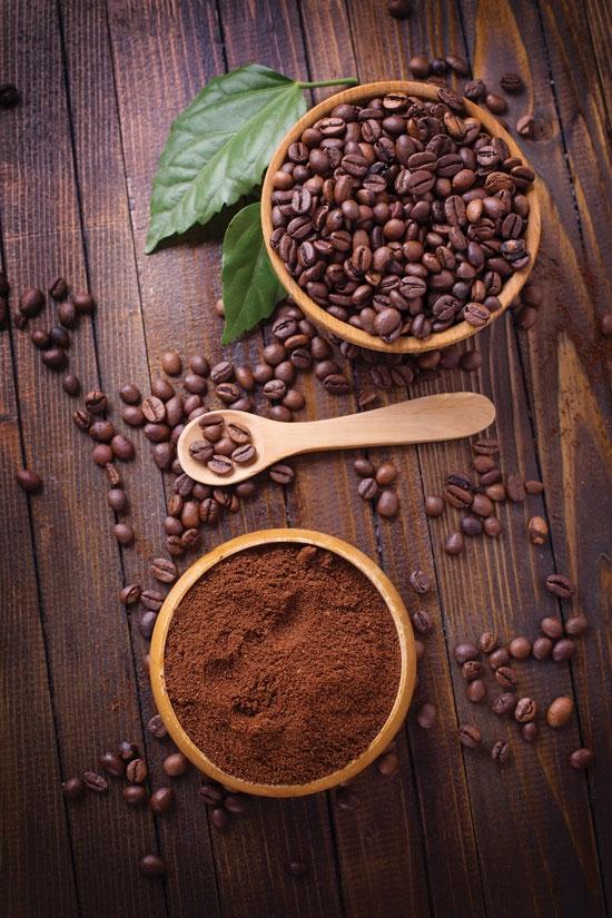 Đem rưới bột cà phê ở những nơi có nước đọng quanh nhà, nó sẽ làm cho trứng muỗi nổi lên mặt nước và bị hỏng trước khi kịp nở ra muỗi con.