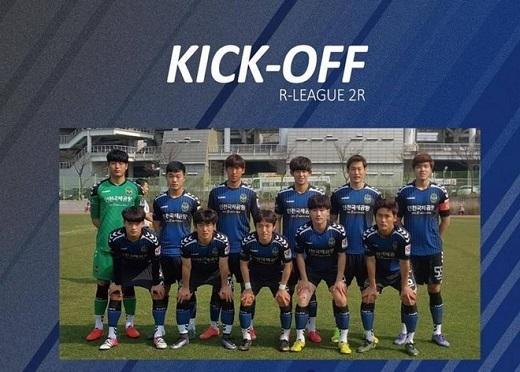 Xuân Trường đứng cạnh thủ môn trong đội hình xuất phát của Incheon United. (Ảnh: Incheon United)