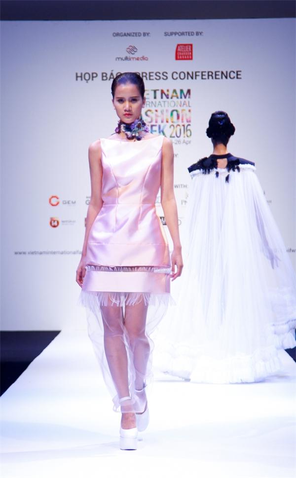 Hương Ly diện thiết kế với sắc hồng ngọt ngào nằm trong bộ sưu tập của Hoàng Minh Hà.