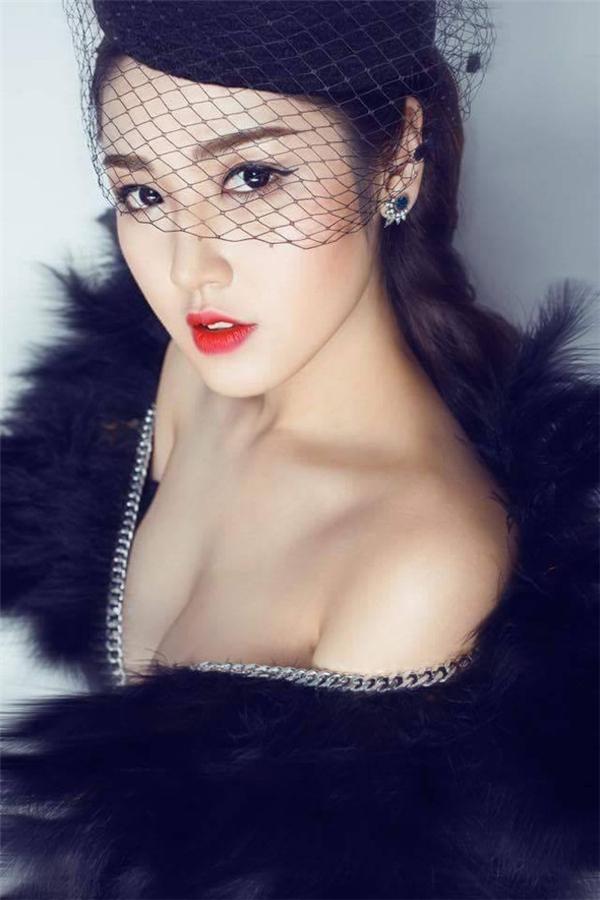 Chỉ sau một đêm, người đẹp Hà Nội đã xuất hiện trên rất nhiều mặt báo.(Ảnh: Internet) - Tin sao Viet - Tin tuc sao Viet - Scandal sao Viet - Tin tuc cua Sao - Tin cua Sao