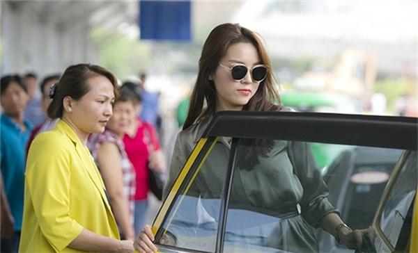 """Hoa hậu Việt Nam 2014 và mẹ bị vợ một tài xế taxi """"tố"""" vì cách ăn nói và ứng xử thiếu văn minh.(Ảnh: Internet) - Tin sao Viet - Tin tuc sao Viet - Scandal sao Viet - Tin tuc cua Sao - Tin cua Sao"""