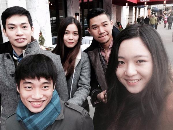 Anh Sa (ngoài cùng bên phải) chụp cùng Anh trai Đỗ Hoàng Việt và các bạn tại New York.(Ảnh: Internet)