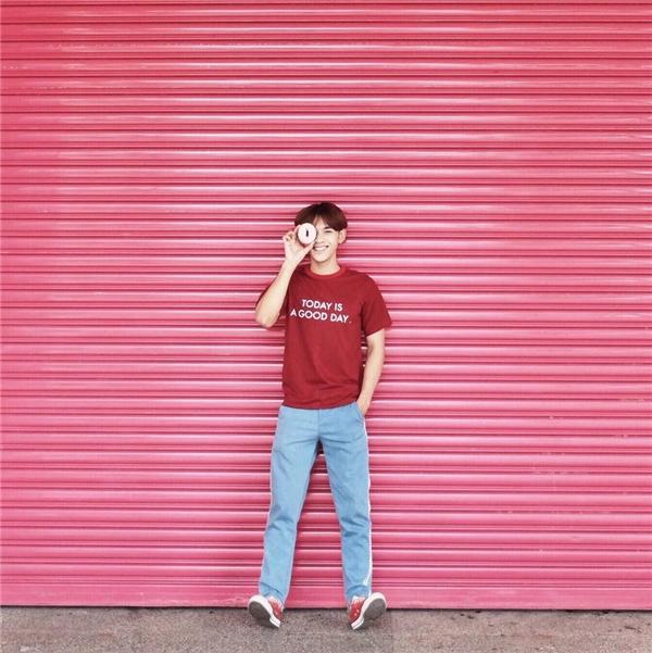 Quần jeans kết hợp cùng áo phông là công thức khá quen thuộc với các chàng trai. Hai món trang phục này cũng dễ dàng tìm thấy trong tủ đồ đấy nhé. Trong mùa hè năm nay, chất liệu denim với tông màu sáng sẽ trở thành lựa chọn tuyệt vời cho bạn. Nếu đã chán ngấy những cách phối màu sáng - tối thông thường, bạn hoàn toàn có thể tạo nên sự tương phản giữa hai phần của trang phục.