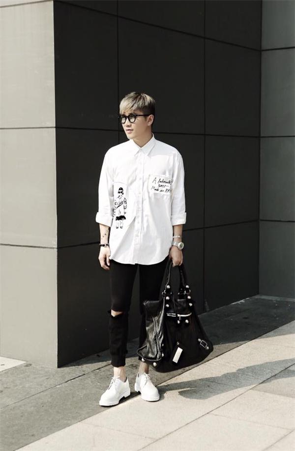Sơ mi hoạ tiết hay in chữ đã dần thay thế những phom áo đơn giản của mùa trước. Với item này, stylist Lê Minh Ngọc đã chọn kết hợp cùng quần jeans skinny với sắc đen tương phản. Tuy nhiên, nếu ưa chuộng những sắc màu khác thì bạn hoàn toàn có thể ứng dụng bởi sắc trắng luôn dung hoà được với tất cả.