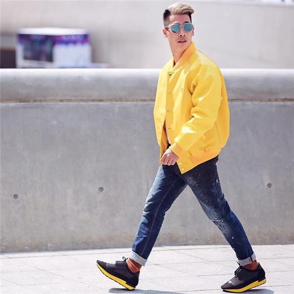 Vẫn là quần jeans cùng áo phông thân thuộc, chỉ cần một chiếc áo khoác với tông màu nổi vẫn đủ giúp bạn trở thành tâm điểm trên đường phố. Sắc xanh lơ, hồng thạch anh hay xanh cổ vịt cũng là những gợi ý màu sắc tuyệt vời đáng để bạn trải nghiệm trong mùa mốt này.