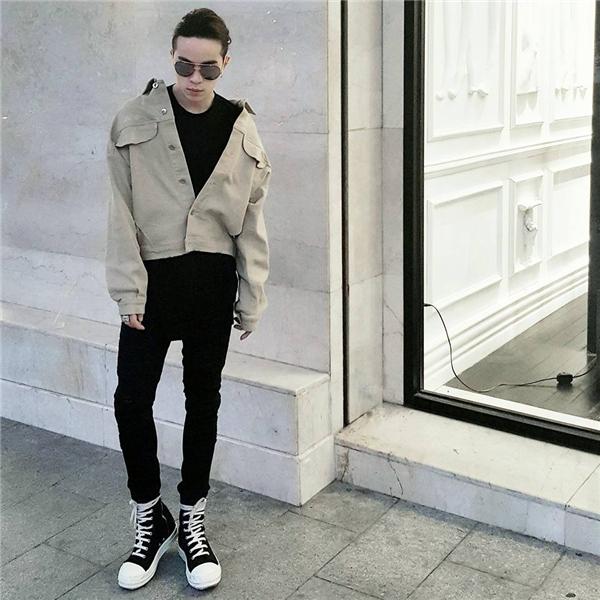 Tông màu pastel nhẹ nhàng của chiếc áo khoác mang đến âm hưởng của thời trang trong những ngày xưa cũ. Kelbin Lei tạo nên sự dung hoà giữa âm hưởng hiện đại của phong cách unisex cùng nét thanh lịch của chiếc áo khoác đi kèm. Áo phông phom rộng cùng quần jeans đen kết hợp giày thể thao cũng là người bạn đồng hành khá thân thuộc của các chàng trai, chỉ một nét chấm phá đã tạo nên những điều cực kì thú vị.