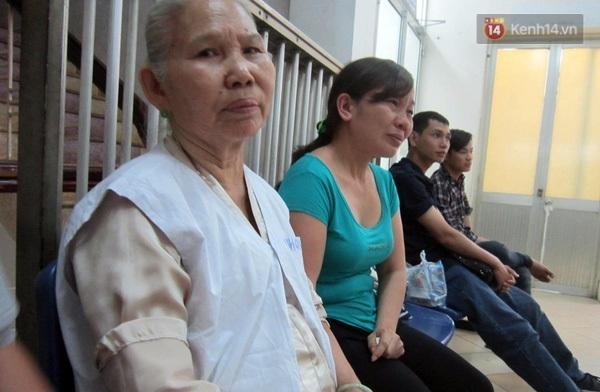 Người mẹ (áo xanh) liên tục bật khóc khi chia sẻ về con gái đang bị bỏng do axit.