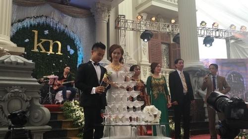 Đám cưới hoành tráng của cặp đôi này đang gây bão mạng.