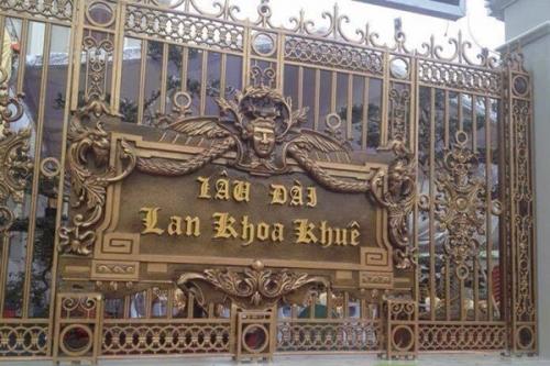 Cổng lâu đài Lan Khoa Khuê.