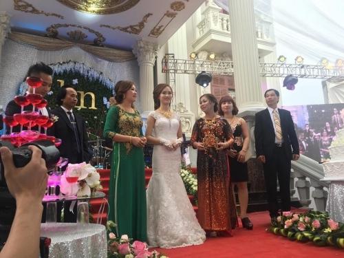 Chân dung cô dâu chú rể nhận vương miện 100 cây vàng qua lời kể của bạn thân