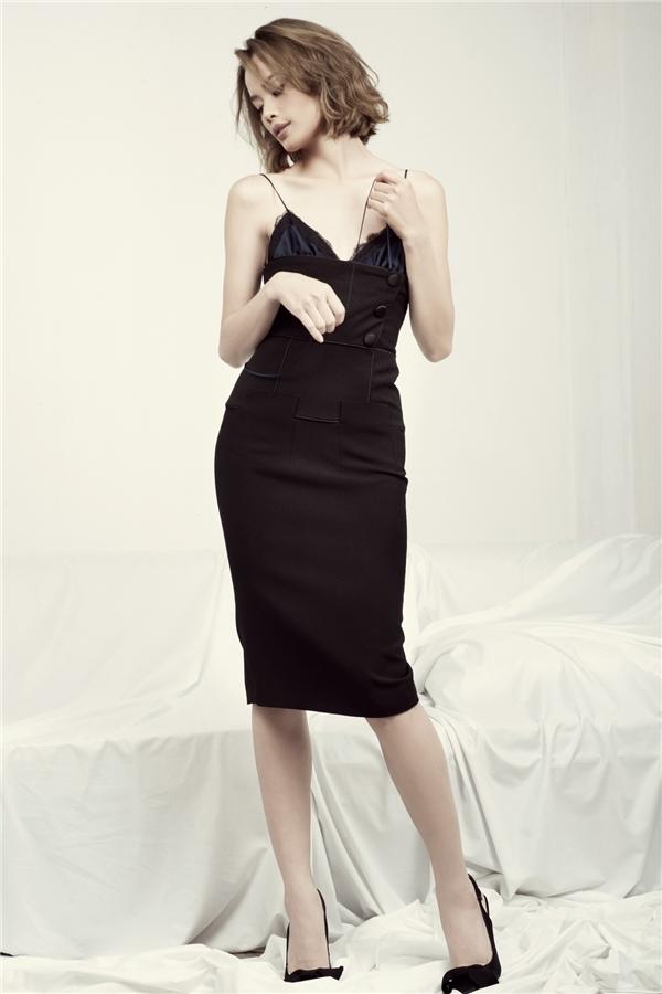 Kiểu váy hai dây đơn giản mà hút mắt này được rất nhiều tín đồ thời trang nổi tiếng thế giới ưa chuộng.
