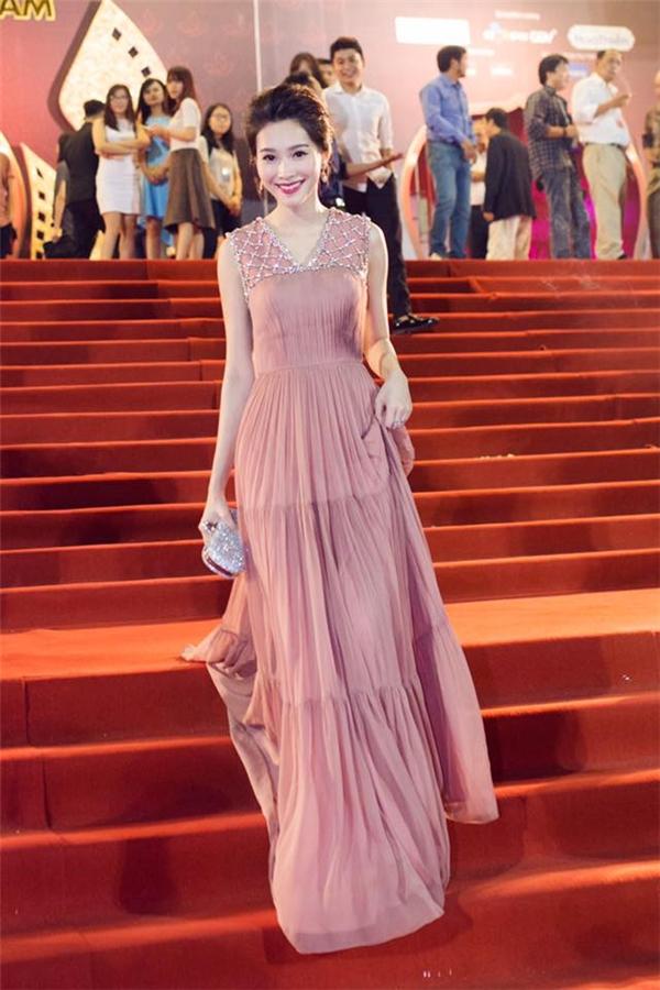 Không khó để nhận ra bộ váy này từng được Hoa hậu Đặng Thu Thảo diện trong những ngày đầu năm 2016 này. Vóc dáng thanh mảnh của người đẹp gốc Bạc Liêu hoà hợp tuyệt đối với trang phục. So kè giữa hai nàng Hoa hậu thì Đặng Thu Thảo có phần nổi bật, thu hút hơn.