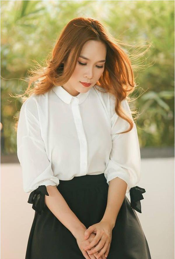 Trong MV này, bộ trang phục kết hợp giữa áo sơ mi trắng cùng chân váy đen giúp nữ ca sĩ trông trẻ trung, thanh lịchhơn.